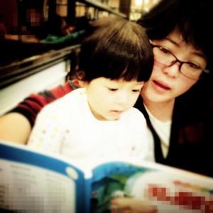 小越和妈妈讲故事